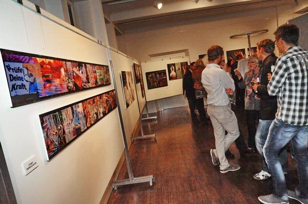 Viel Diskussionsstoff hängt im Ausstellungsraum der Fotofreunde