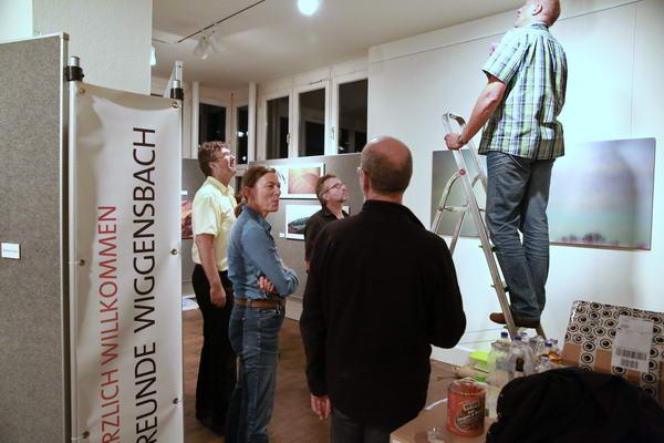 ... nur noch das Licht einstellen, dann kann die Fotoausstellung beginnen: Herzlich willkommen !