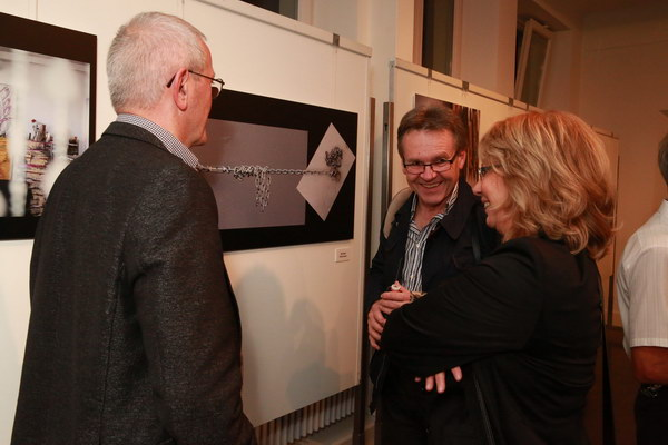 Die Fotofreunde Dillingen mit Wolfgang Elster (DVF-Bezirksvorsitzender Schwaben), Bildmitte.