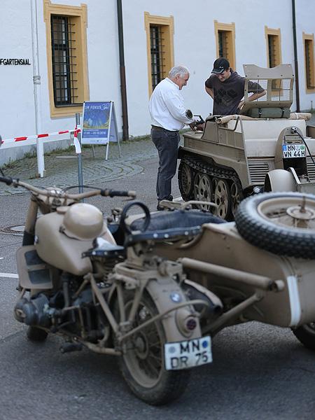 Vor dem Eingang zur Ausstellung konnte man die Fahrzeuge bestaunen.