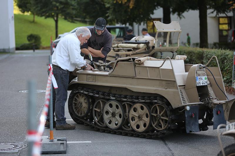 Gern erklärte der Besitzer (links) die Besucher über Details seiner Fahrzeuge auf.