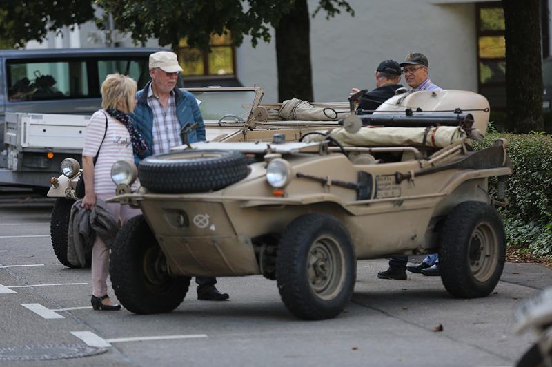 Besucher bestaunten die Fahrzeuge.