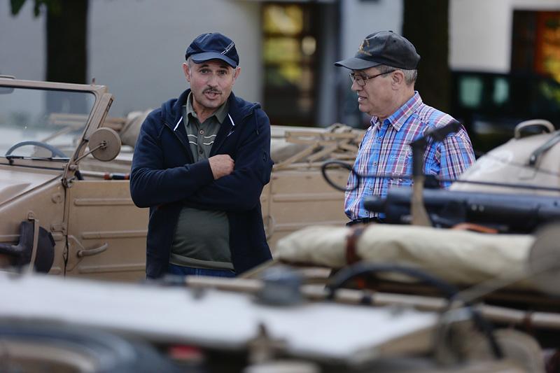 Fotoclubmitglied Herbert Schmidt (rechts) im Gespräch mit einem Besucher.