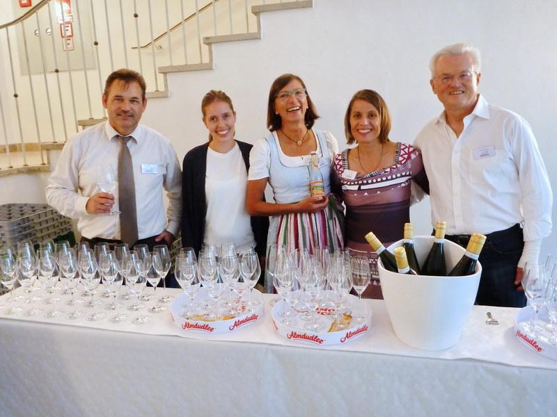 Das ServiceTeam (v .l.n.r.): Günther Just,  Evi  Greither,  Christine Wendl,  Resi Steiner, Jürgen Mainka und…..