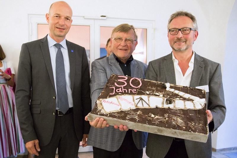 Kuchenspende vom Clubmitglied Elmar Jonietz (mitte), links Herr OB Thomas Kiechle und rechts der 1. Vorsitzende der Fotofreunde Wiggensbach Manfred Köhler