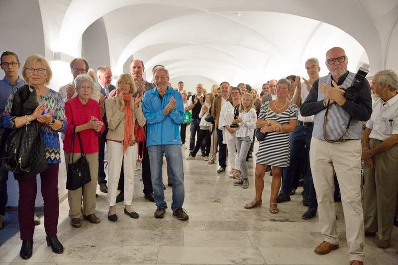 Großer Applaus für alle Redner zur Ausstellungseröffnung, rechts im Bild mit der Kamera: Bezirksvorsitzender des DVF Schwabens, Herr Norbert Cornils