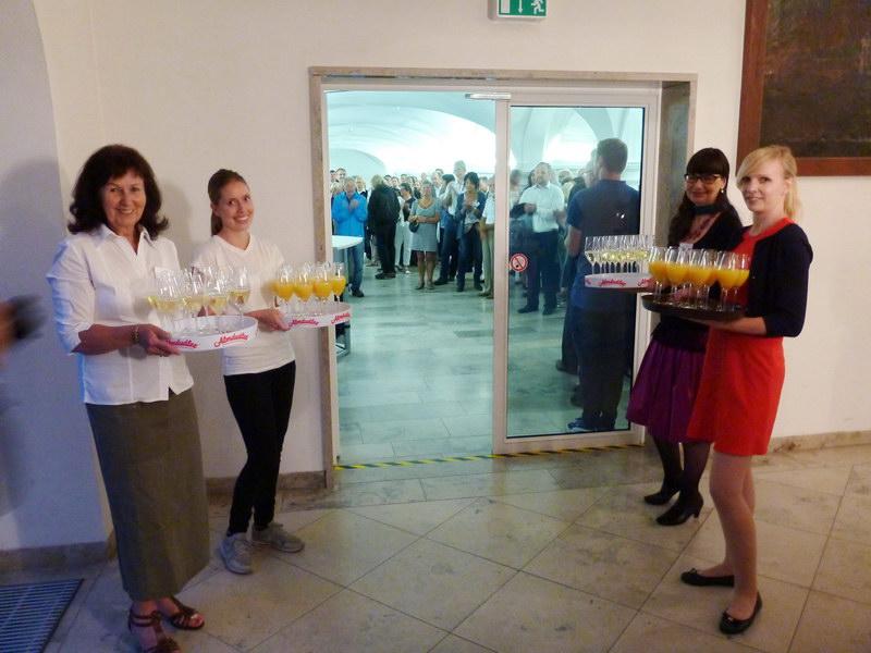 Unsere Empfangsdamen mit Sekt: v.l.n.r.: Maria Mainka, Evi Greither, Tanja Escher und Sibylle Heilinger