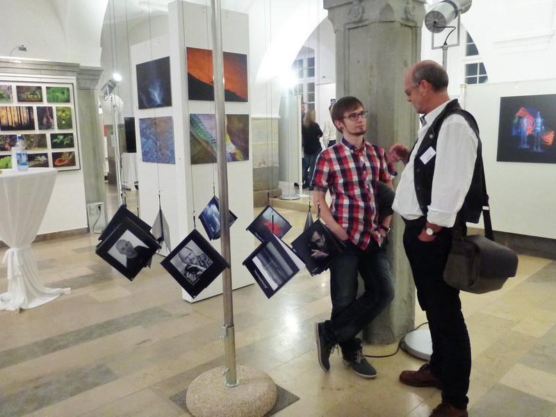 Zwei Fotofreunde an den Bücherständern beim Fachsimpeln:  Michael & Michael  ;-)) (Michael Müller & Michael Weinmann)