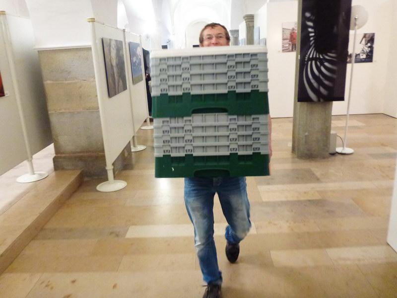 Fleißige Helfer am Ende der Vernissage: Andreas Steinhauser von den Fotofreunden