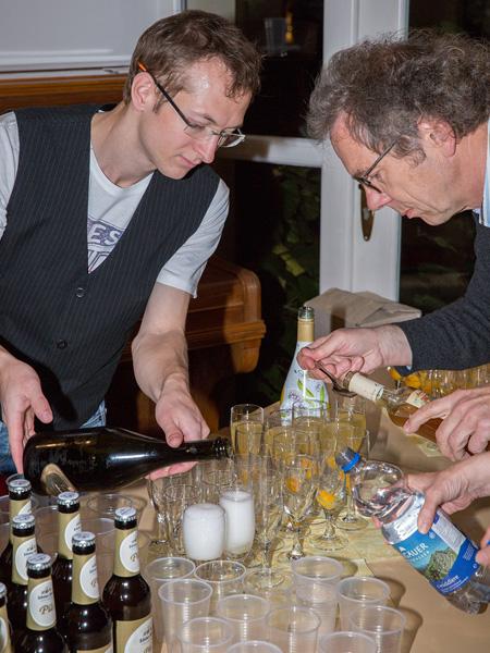 Andreas Steinhauser [links] und Hartmut Faustmann: Noch schnell die Gläser füllen, dann kann die Vernissage starten.