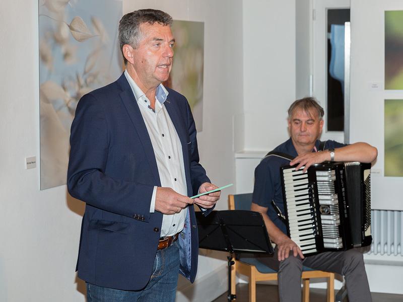 Martin Kaiser, 3. Bürgermeister der Marktgemeinde Wiggensbach, eröffnet die Vernissage (am Akkordeon: Henryk Brzoza).