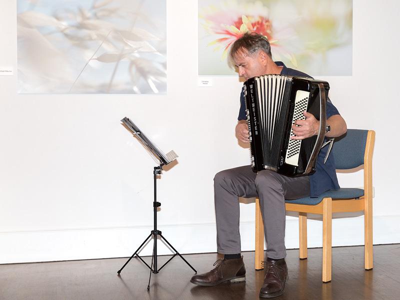 Akkordeonspieler Henryk Brzoza begleitet unsere Vernissage wieder vortrefflich.