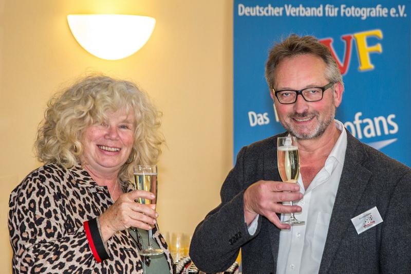 Susanne Seiffert, Bezirksleiterin Schwaben, und Manfred Köhler, Vorsitzender der Fotofreunde Wiggensbach freuen sich über das Treffen zur Schwäbischen Fotomeisterschaft