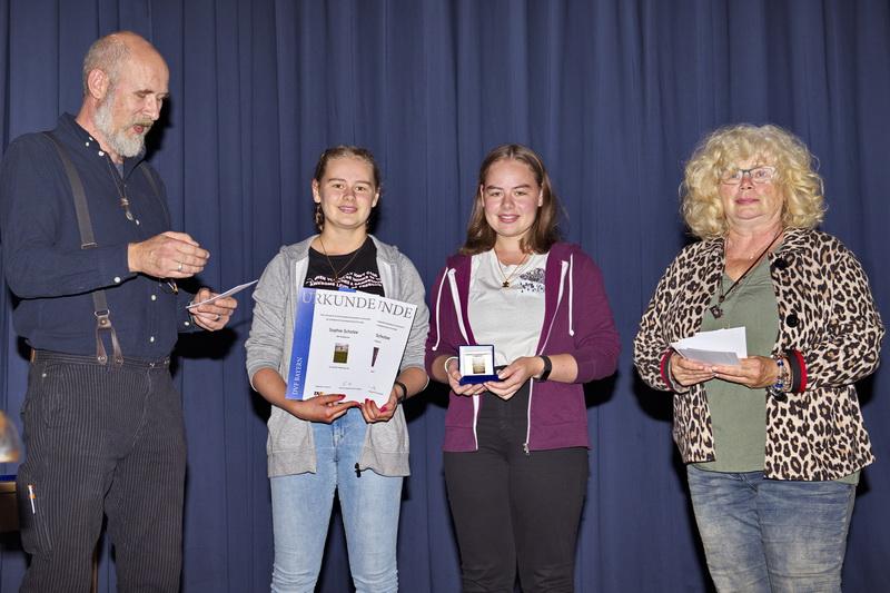 Auszeichnung für die Jugend AK1: 2 Urkunden für Sophie Scholze und 1 Medaille für Anna Scholze, beide AKF Kaufbeuren