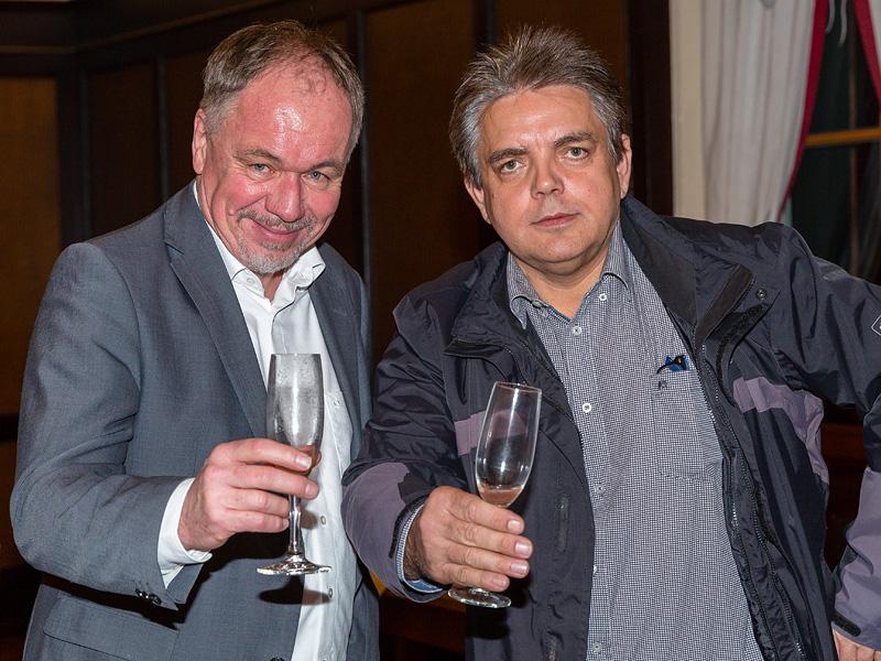 …. Elmar Suchy (links) und Siegfried Hilbrich sagen Prost zum neuen Jahr.