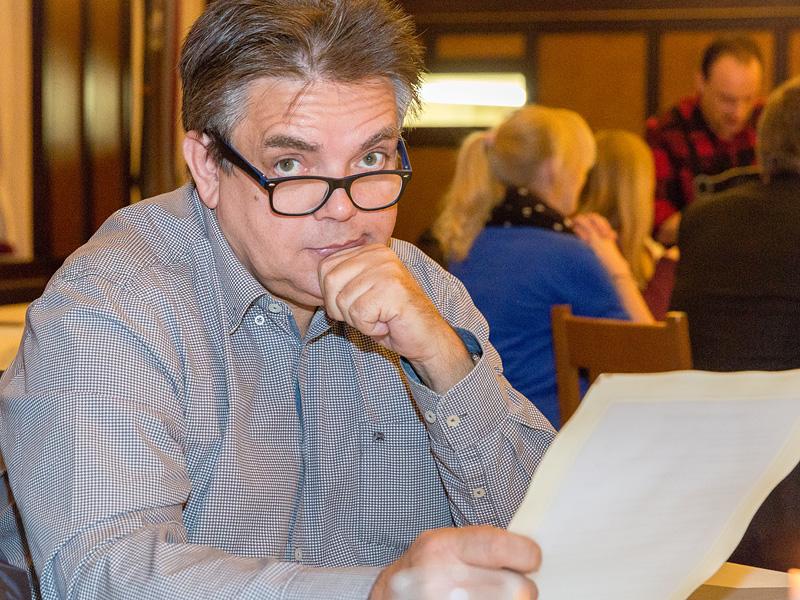 Siegfried Hilbrich beim Nachdenken: die Speisekarte bietet einfach so schöne Sachen...