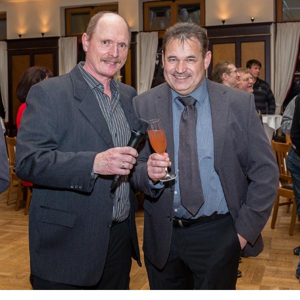 Zeigen im Laufe des Abends Bilder: Norbert Gehrmann (links) wie jedes Jahr seinen humoristischen Jahresrückblick des Clublebens und Günther Just (2. Vorsitzender) einen Rückblick auf die so erfolgreiche Clubausstellung 2017.