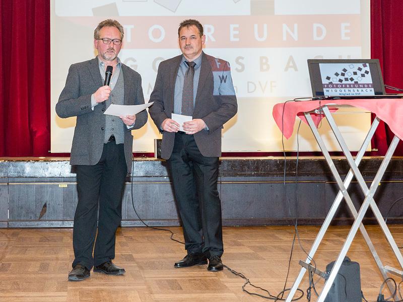Manfred Köhler (1. Vorsitzender) und Günther Just (2. Vorsitzender) bei der Vorstellung des Jahresfotografen.