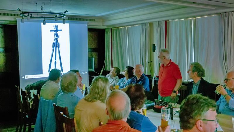 Er  zeigt uns seine Olympus-Kameras, die Makro-Ausrüstung,  Bildbearbeitungsprogramme usw...; es gibt keine Geheimnisse!